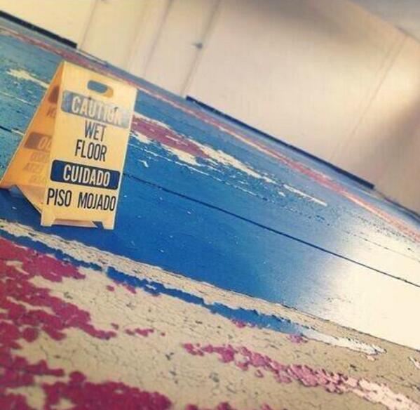 Cuidado piso mojado #UPRB http://t.co/bFubH2lXG7