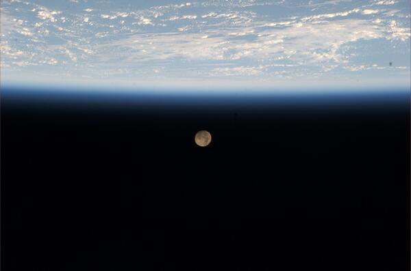 今日ISSを発ち、地球に帰還します。暗黒の宇宙に浮かぶこの青く美しい惑星が故郷であることを有難く感じます。半年間の滞在中応援有難うございました。 pic.twitter.com/UxcQba4PSi