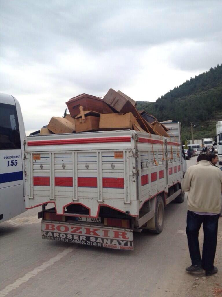 10:36 #Manisa - Boş tabutlar kamyonlarla soğuk hava deposuna taşınıyor. via @canergunyer http://t.co/R0UdhEQEnx
