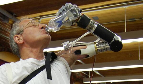 グウェイの開発者が設立した企業がDARPAの支援を受けて開発した「サイボーグ義手」の販売が米FDAに承認された。 buff.ly/1jf0tKu pic.twitter.com/whLUNZfhzm