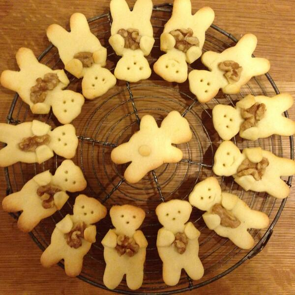 前にTwitterで見たアーモンド持ちクッキーを作ってみた。胡桃に変更したので「脳ミソを抱いたくま達のかごめかごめ」といった夢野久作的情景になりました。 pic.twitter.com/eCFFvxCU8d