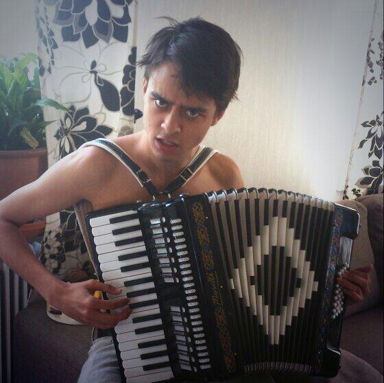 この人はせんぱいクラブOPの歌手! トビアスブラッドフォードだ! http://t.co/X3qhEFPgaU