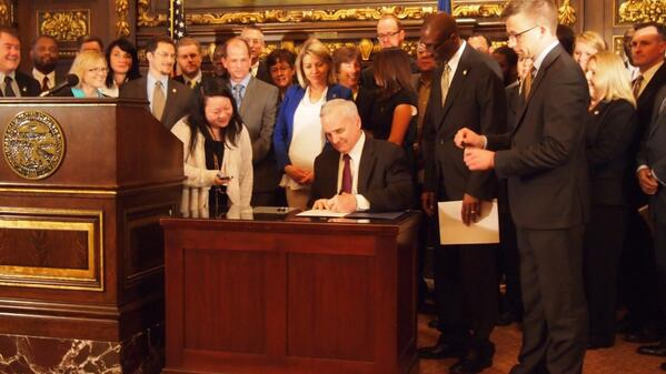 Gov Dayton signs the expungement bill making it easier for reformed offenders to seal their criminal records. #mnleg http://t.co/NrJwIYEQyo