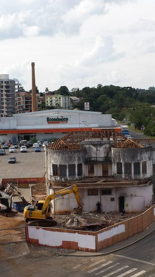 E lá se vai um dos exemplares mais relevantes da arquitetura Art Déco no Rio Grande do Sul. http://t.co/P0PBjp4I1R