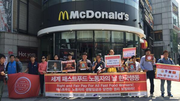 """세계패스트푸드노동자의날  Global Action in Korea """"Rights and Fair Pay for All Fast Food Workers""""  #seoul #Korea #FastFoodGlobal http://t.co/L3iuHeGyiq"""