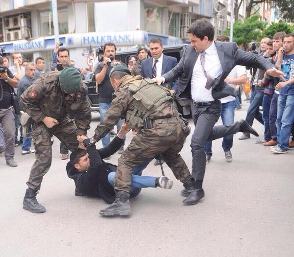 #Turkish PM #Erdoğan's adviser sparks outrage for kicking mourner amid protests in #Soma http://t.co/ffVNnOJMB2 http://t.co/cYghCotU5K