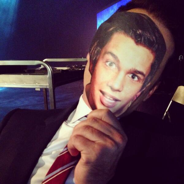 #MahoneToday? More like #MahoneToday9! RETWEET if you'd LOVE to see @AustinMahone meet @KarlStefanovic! http://t.co/Hsriuah47H