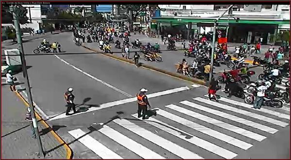 Manifestação concentra-se agora na Av. Conde da Boa Vista x R. Dom Bosco, caminhando sentido centro, às 12h50. http://t.co/wcm7vcyl6A