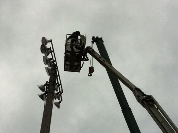 Crews from Carr and Duff approach the top of the second pole. #grigglites @MercuryX http://t.co/w3MVMED09Q