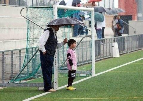 RT @Futbool_Fotos: Apoyo, nivel: El de un abuelo. http://t.co/UROHLWUwmu
