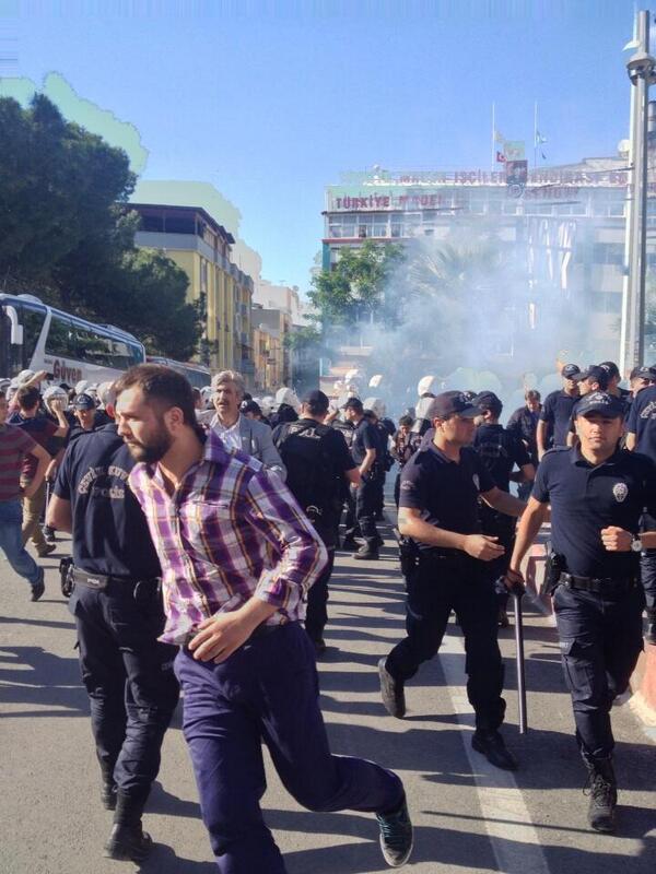 Türk Polisi, Soma madeninde KarbonMonoksit zehirlenmesinden ölmeyenleri BİBER GAZI ile öldürmeye çalışıyor sanırım... http://t.co/lJKAqpucSY