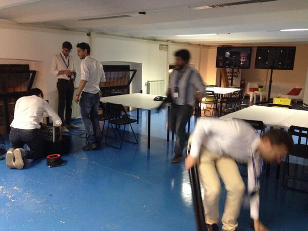 Dietro le quinte del #tagdday mentre i partecipanti cenano @TalentGardenit allestiscono la sala http://t.co/cW0mVC4kW0