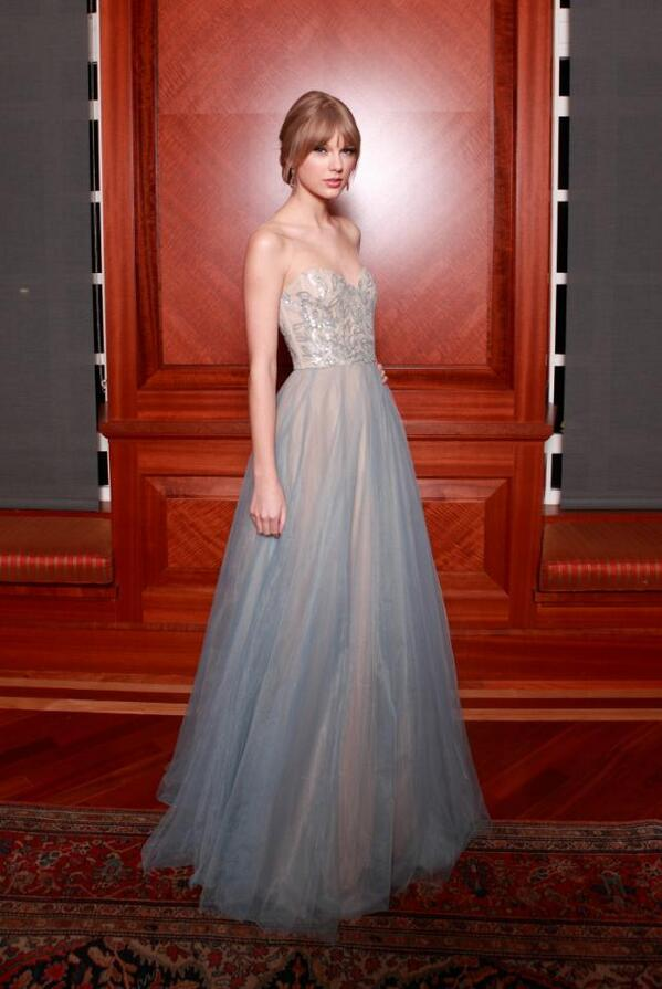 Taylor Swift is taking style inspiration from a VERY surprising BFF: http://t.co/r2EcYDJM70 http://t.co/G0ePkM55xi