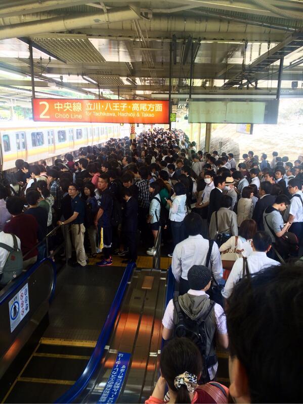 中央線、朝からの人身事故の影響で西国分寺駅がカオス(´Д`) 武蔵野線から降りてくる人がホームに入れない状況です。。。 http://t.co/mauTjosZTs