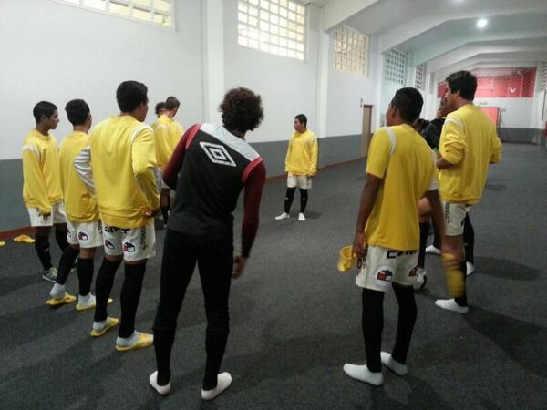 Calentamiento del equipo de Reservas previo a la final de la Copa del Inca #UvsSC http://t.co/IdWBXQKIsz