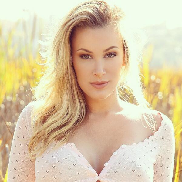 Jenni Lynn  - close-up 😼 twitter @Jenni_Burns tbt