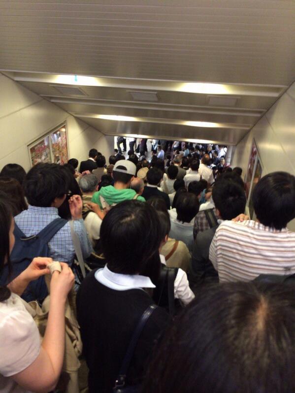 立川駅地獄絵図。中央線人身事故の影響で電車に乗れない\(^o^)/自殺するほど仕事がなくて 、過労死するほど仕事がある。そんな不思議な国、日本です。#中央線 pic.twitter.com/cwBBnv818F