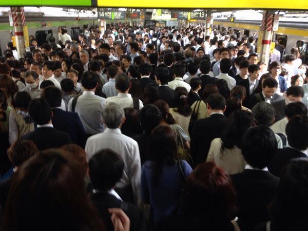 中央線人身事故で新宿駅すごいことになってます(T_T)。 pic.twitter.com/OzBdqHxUAs