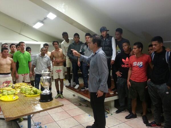 El DT de Reservas, Carlos Silvestri, agradeciendo a todo el plantel por su esfuerzo y dedicación en todo el Torneo. http://t.co/nU19crUPmP