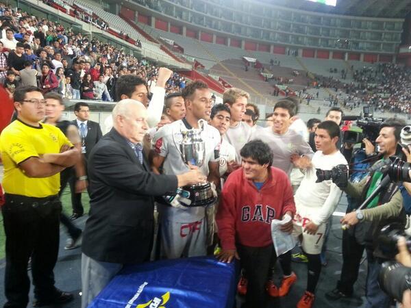 El capitán del equipo de Reservas, Carlos Cáceda,recibe la Copa del ganador del Torneo del Inca #YdaleU #CanteraCrema http://t.co/MF1RC4vbKQ