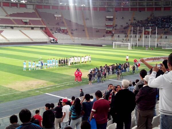 Hola. Los saludo desde el Nacional para el @Universitario - @clubscristal por las reservas. Estoy con @Mario_Azabache http://t.co/OPYUSnmmrK