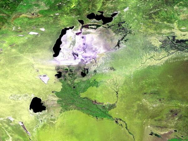 The world's newest desert, the Aralkum, was once the Aral Sea: http://t.co/8xpxusVRmr http://t.co/LyDorOy3Cl