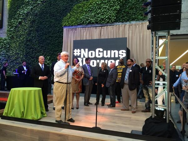 .@RonConway @MCHammer @SnoopDogg @JoeMontana together to end gun violence #NoGunsAllowed http://t.co/z4aoJurWSr