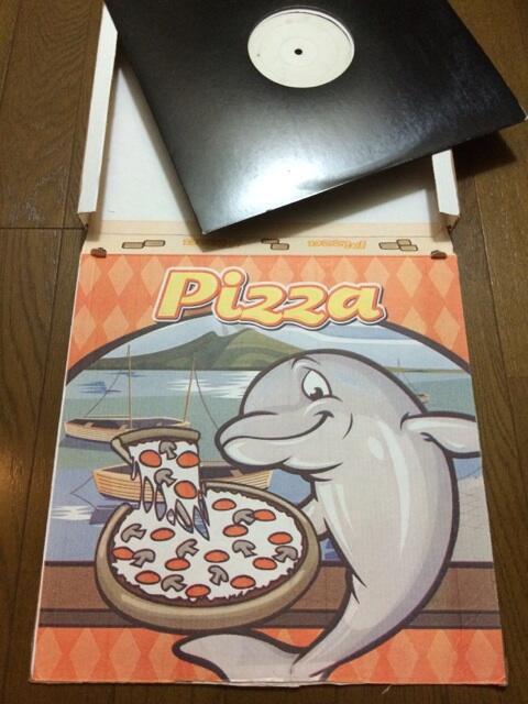 スイスからレコードを通販。なんと宅配ピザのケースに梱包されて到着しました。これがレコードの大きさにジャストサイズ(笑)。デザインも可愛い。スイスの宅配ピザ。 http://t.co/ryt5MNCjC6