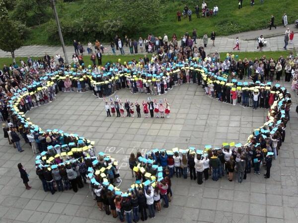 В Мариуполе выпускники исполнили гимн Украины со слезами на глазах - Цензор.НЕТ 326