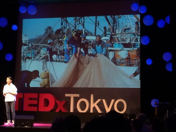 御手洗:気仙沼に自尊心と仕事を取り戻し経済を活性化させようと気仙沼ニッティングという会社をつくり、漁師網からカーディガンつくった。15万で売らないと漁師さんの利益にならないので毛糸から作り、アーティストがデザイン #TEDxTokyo http://t.co/tBJ1PaWPTR