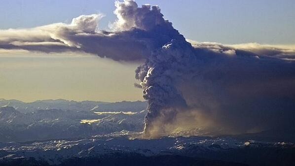 インドネシアのサンゲアン・アピ山が再噴火。噴煙を高く吹き上げ、ダーウィン空港閉鎖、豪州国内空港にも影響懸念…⇒ Darwin Airport shuts and flight chaos… http://t.co/MWQJQooea5 http://t.co/O96X3GYxEf