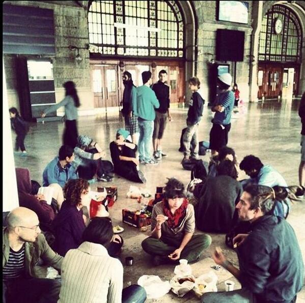 """Gezi heryer! """"@OldukOluyoruz: Haydarpaşa Garı işgal edildi #AslındaGezi http://t.co/hUskOI4BQp"""""""