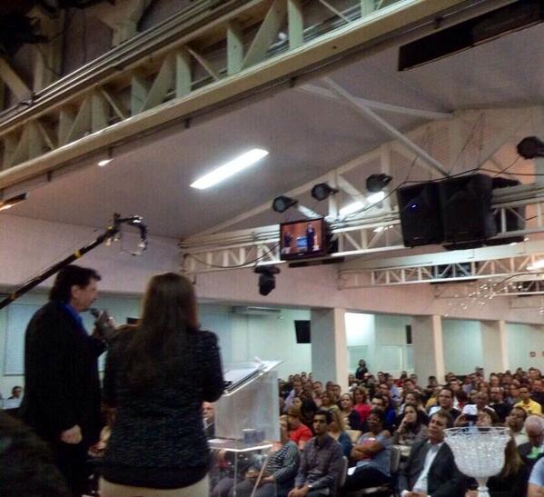Now!! @drmikemurdock  preaching in Campinas SP #FamilyAndFaith @jocymarfonseca with @gidaltialencar @sara_alencar http://t.co/anjZglWEsb