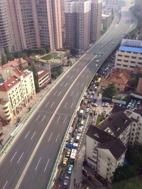 今天的上海延安高架路。上面官用,下面民用 http://t.co/PZ1qEojqLY