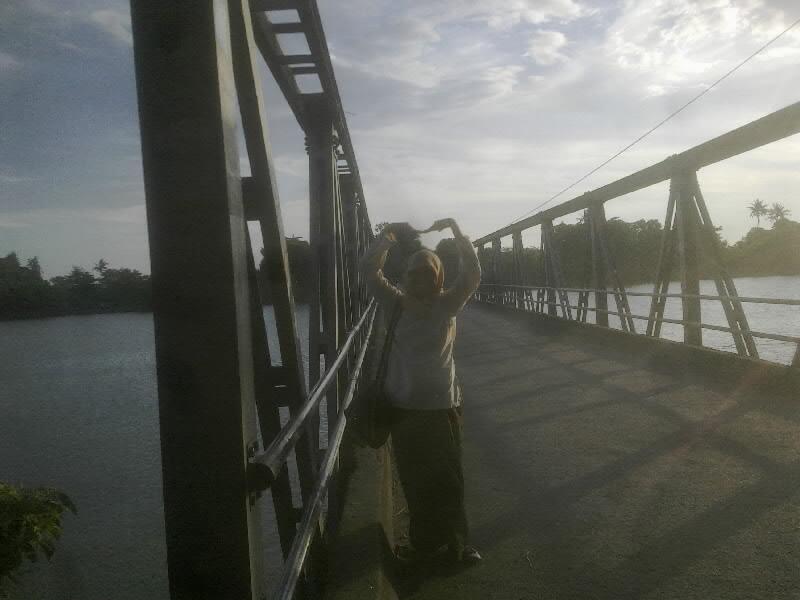 di depan jembatan sungai je'neberang