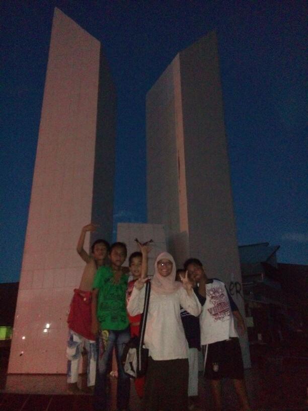 Foto bareng bocah di sekitaran monumen emmy saelan