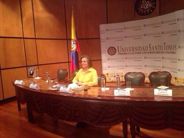 Debate presidencial en la U. Santo Tomás... ¿Qué opinan de la imagen? http://t.co/IQd5nTayQS
