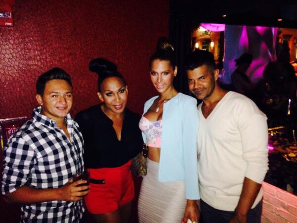 Last night celebrating our anniversary @VibeLasOlas with good friends  @carmen_carrera @ikaiabeauty http://t.co/RjjIfEbVp2