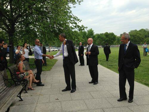 "President Obama surprises tourists outside of the WH (pool photo) ""The bear is loose"" http://t.co/1fTKDdRZSC"