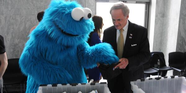 W/ a little help from Cookie Monster, I assembled @the_USO warrior packs to help our nation's #veterans #USOmoments http://t.co/q34cbLNBEG