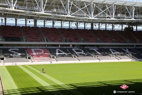 "На стадионе ""Спартака"" ""Открытие Арена"" подстригают газон"