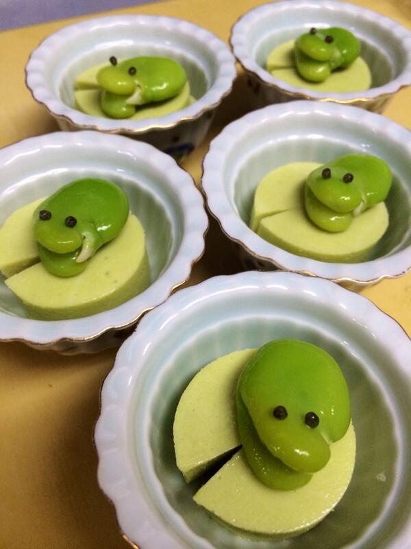 和食「二色」に雨蛙がいた。げこげこ。 http://t.co/9MYs6wYxEj