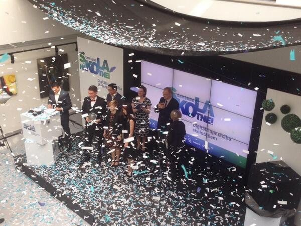 Samsung #SkolaNakotnei 10 000 EUR tehnoloģiju iegādei saņem Rīgas 6. vidusskola @SapnuKomanda. Apsveicam! http://t.co/6KlpHzGn0t