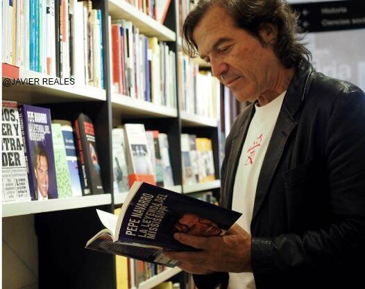 @Maconfi El Semanal @pepenavarro_tv en el libro cuento mas cosas de las q me hubieran gustado http://t.co/2029m6NlPL http://t.co/yEgB8gOqTq