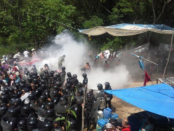 """""""@lahoragt: La Puya: Organización @NISGUA_Guate  denuncia desalojo violento por antimotines de la PNC. http://t.co/6hlCWupHgh""""/ y hay niños"""