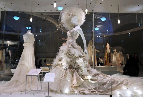 ロンドン、V&A博物館で『ウェディングドレス 1775-2014』展、開催中!来年3/15まで 最新作まで2世紀に亘る、主要なファッションデサイナーによる約70点の作品から、その歴史を辿る。