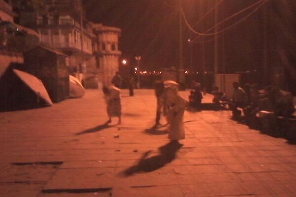 Its dark at Assighat .. Bad Pic quality .. Some Muslim friends have joined in to clean Assighat with us #TeamKashi http://t.co/3nUiD297sW