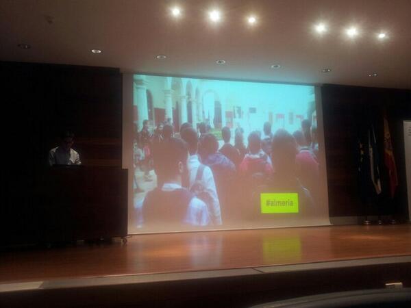 Viendo el vídeo de @elhackaton a pantalla gigante http://t.co/KQ8w8zSeTL