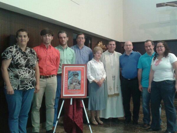 Foto de la presentación con un grupo de hermanos junto a nuestro párroco