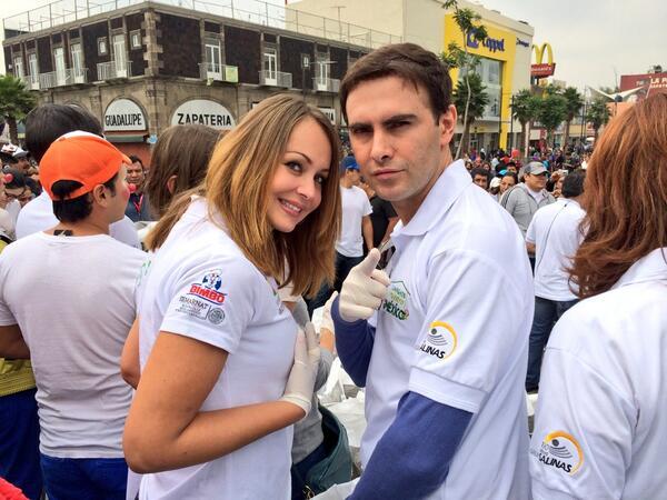 @romagnolirobert @gabyspanic y todo el equipo de entretenimiento limpiando México #LimpiemosNuestroMexico http://t.co/RCgqxY6viM